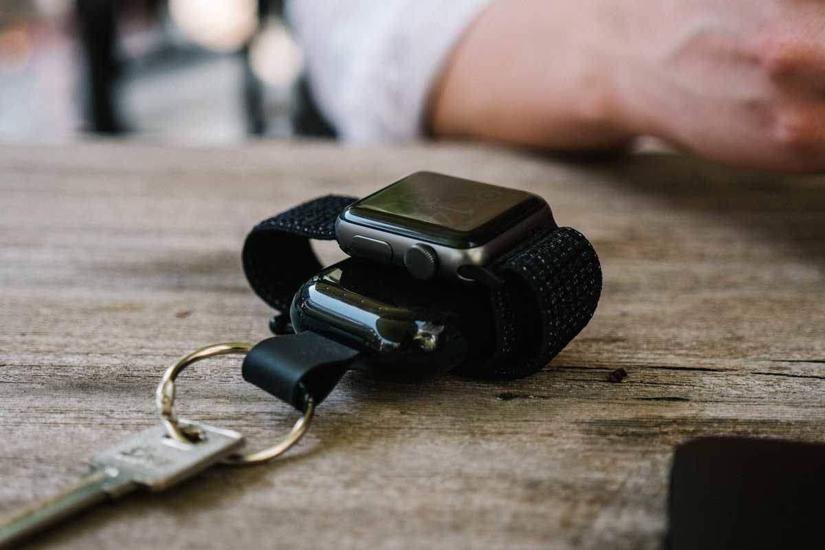 Nødkraft for Watch på bordet. Nødlader en Apple Watch series 3